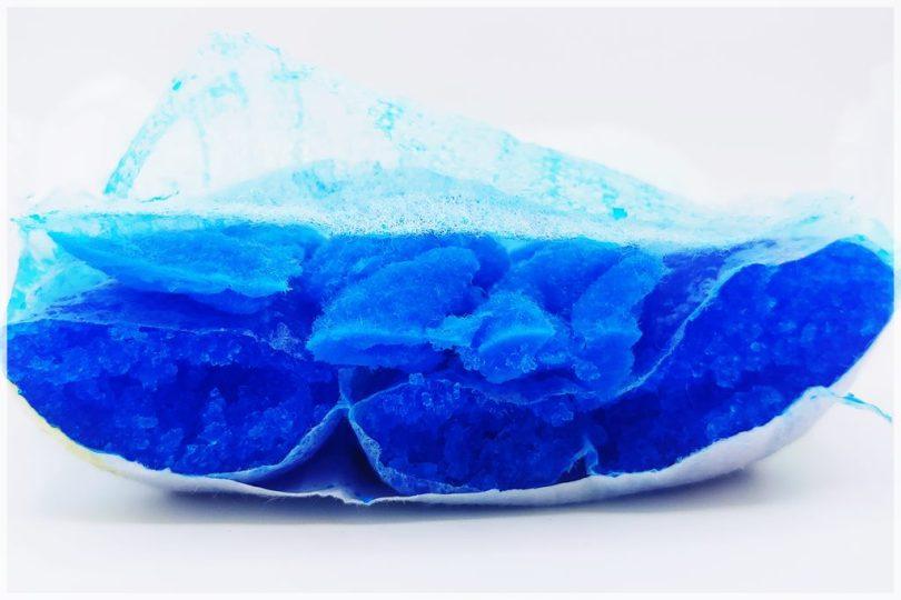 Pampers baby-dry Größe 5 und 5+ im Test, Saugkörperkanäle Querschnitt, blau eingefärbter Superabsorber