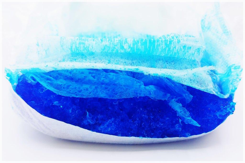 Seni Kids junior extra Windel im Test, Saugkörper Querschnitt, blau eingefärbter Superabsorber