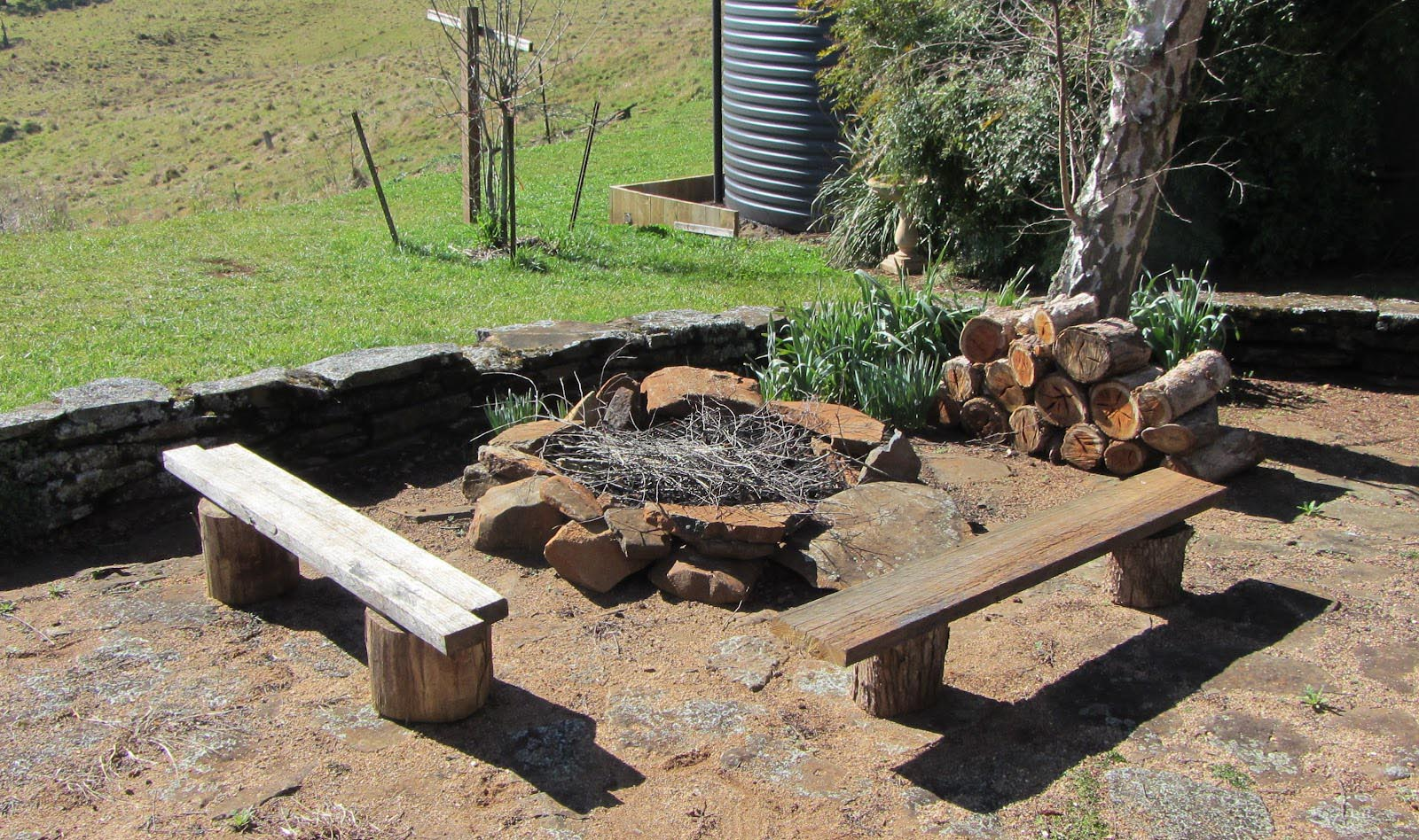 Budget DIY Backyard Fire Pit Ideas | Fire Pit Design Ideas on Backyard Fire Pit Ideas Diy id=92062
