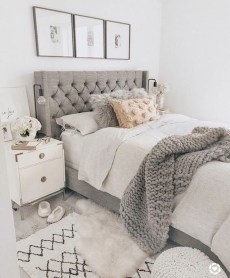 Amazing Winter Bedroom Decorating Ideas For Your Comfortable Sleep32