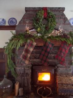Marvelous Rustic Christmas Fireplace Mantel Decorating Ideas18