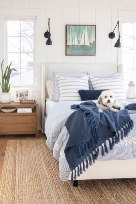 Impressive Coastal Bedroom Decorating Ideas25