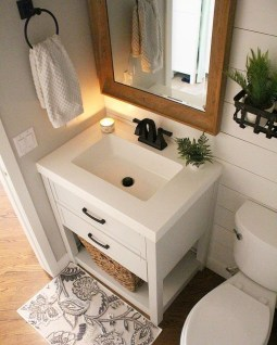 Amazing Small Apartment Bathroom Decoration You Can Try28