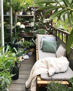 Cozy And Beautiful Green Balcony Ideas45