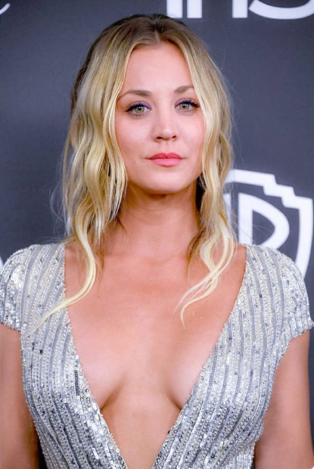kaley cuoco sexy cleavage