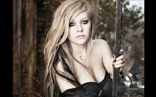 avril lavigne cleavage pictures