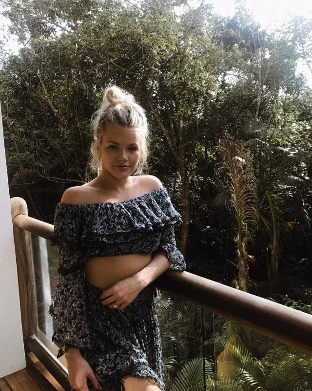 witney carson good looking