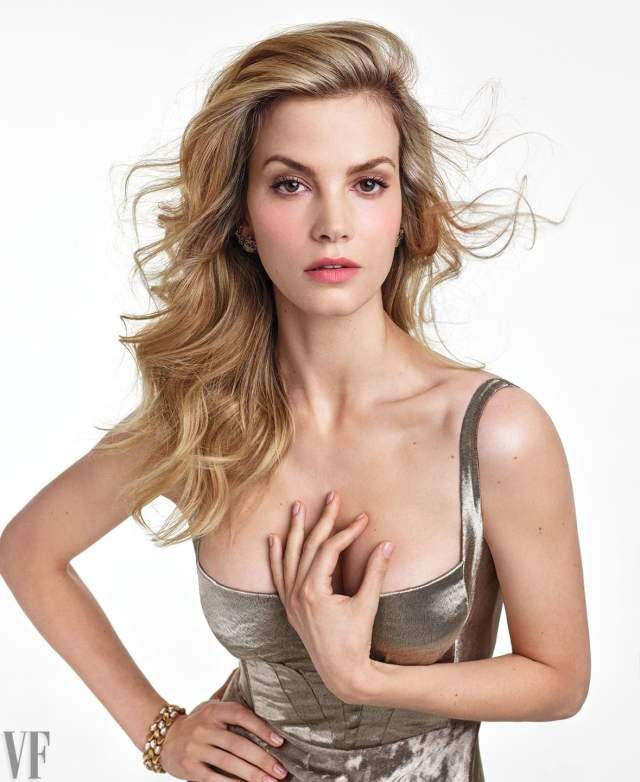 sylvia hoeks awesome cleavages