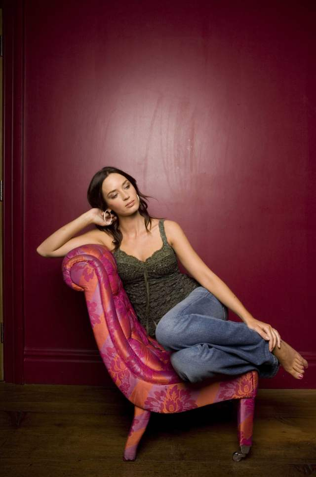 Emily-Blunt-legs awesome pictures