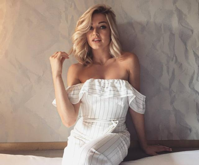 Lindsay Arnold cleavagwes sexy pic