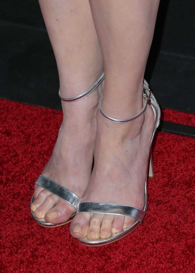 Melissa-Rauch-Sexy Toes pics (2)