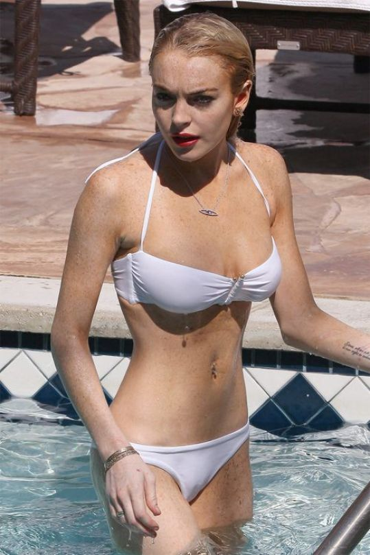 lindsay lohan sexy cleavages