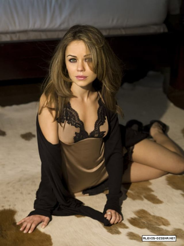 Alexis Dziena sexy cleavage
