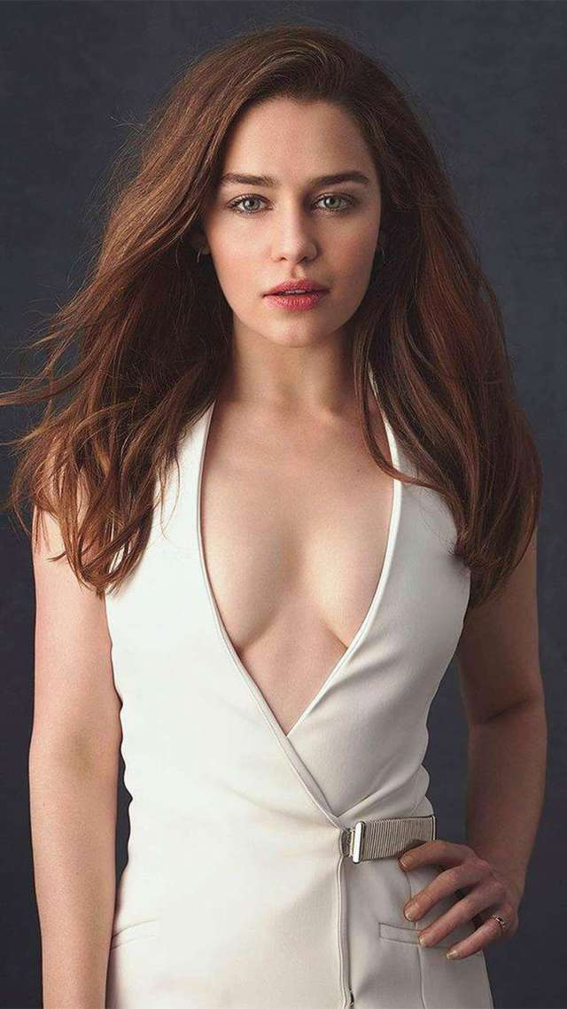 Emilia Clark cleavages awesome (3)
