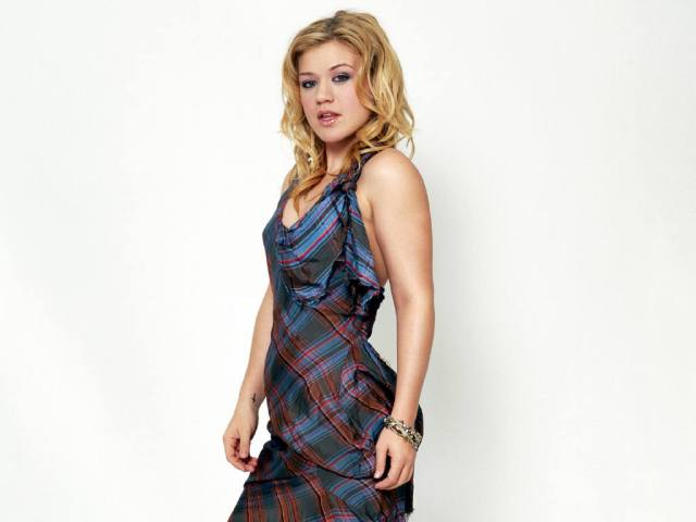 Kelly Clarkson too hot