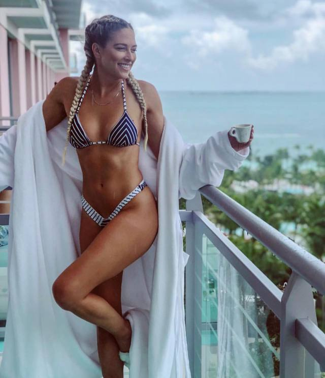 Kelly Kelly hot busty pictures