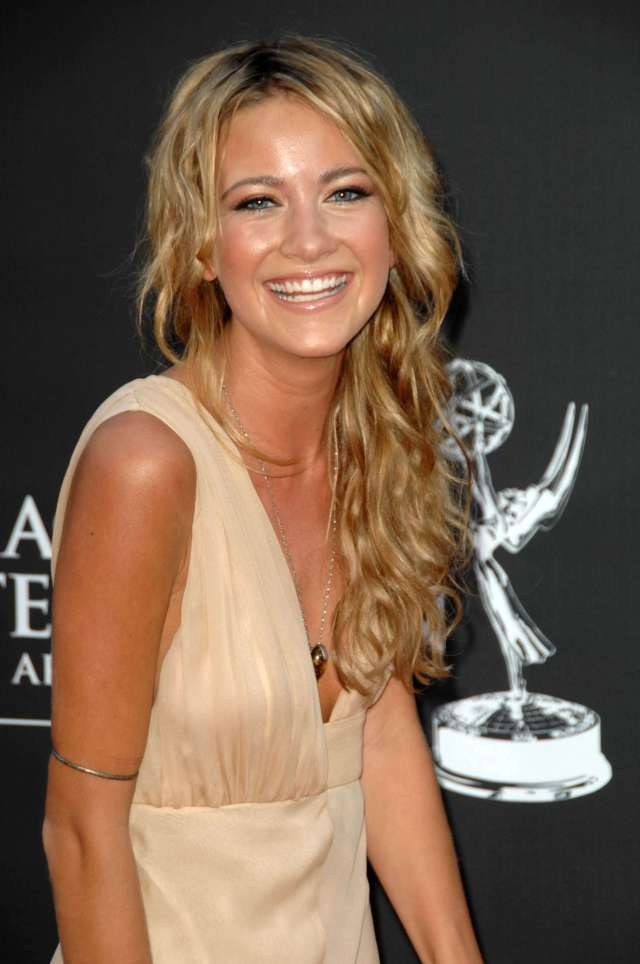 Meredith Hagner hot cleavages pic