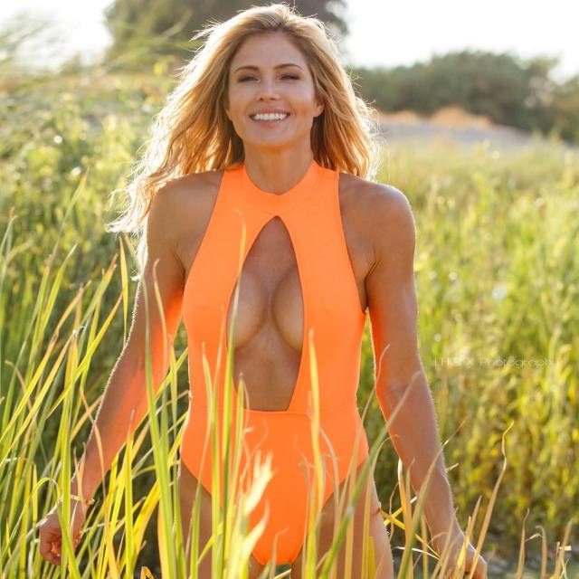 torrie wilson sexy cleavage pictures