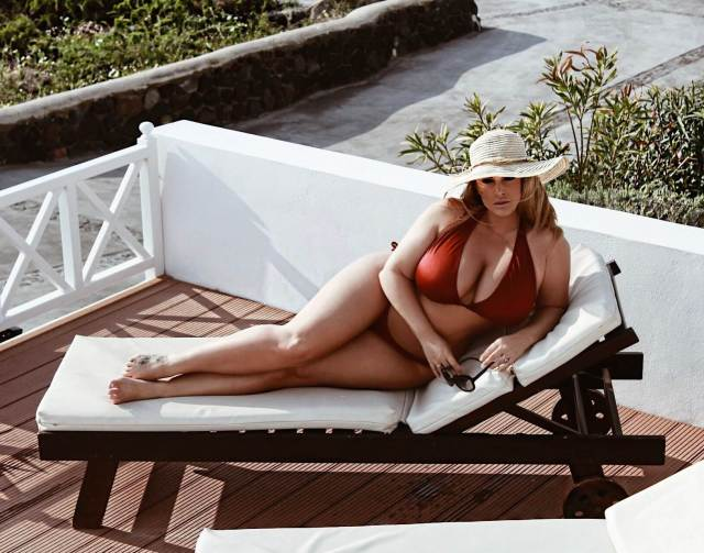 Ashley Alexiss hot cleavage pic