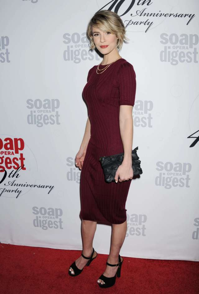 Linsey Godfrey sexy look pic