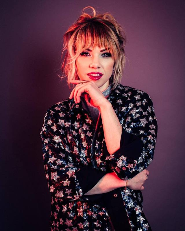 Carly Rae Jepsen sexy cleavages