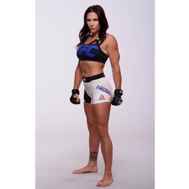 Cat Zingano sexy side look pic