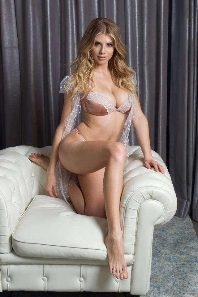 Charlotte McKinney awesome pciture