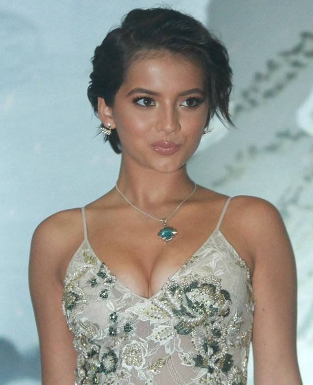 Isabela Moner cleavage photo