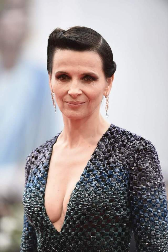 Juliette Binoche sexy cleavages pictures