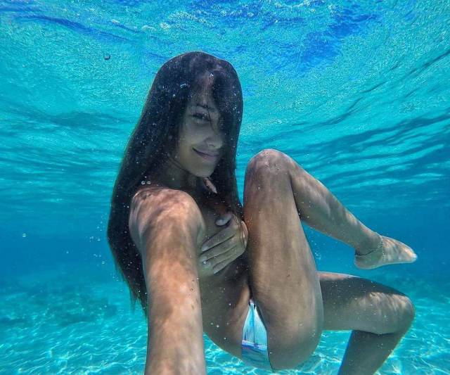 laura prats under the water