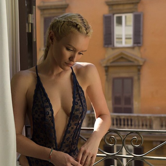 nicky whelan cleavage pics
