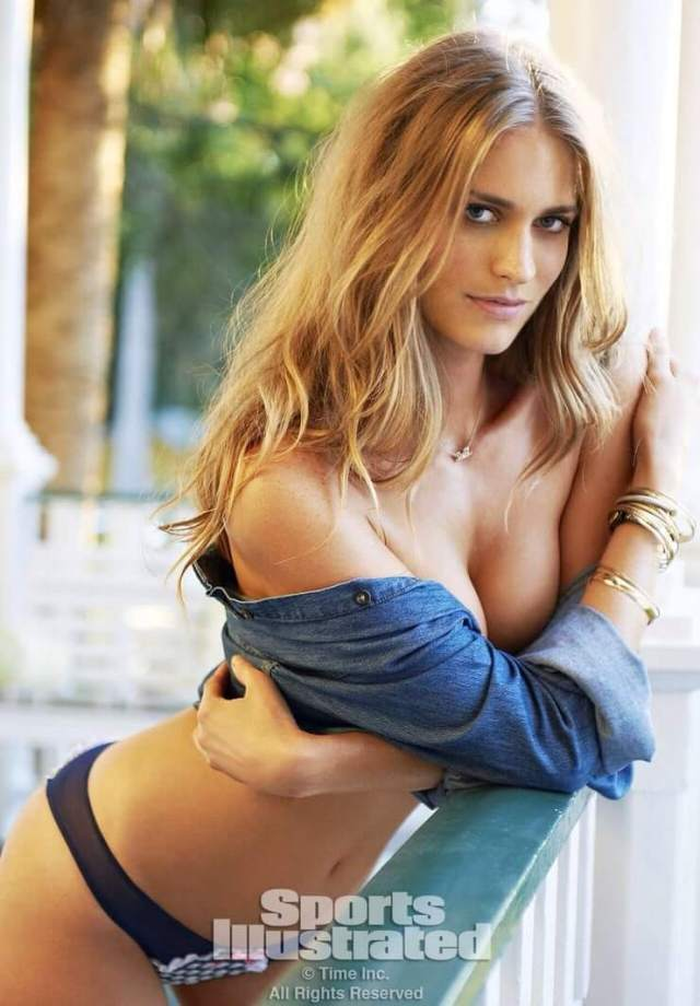 Julie Henderson sexy look pic