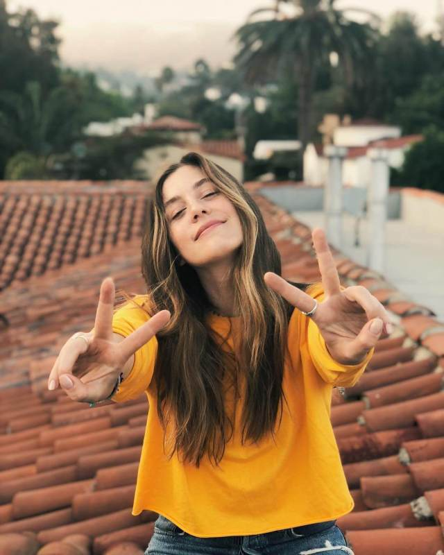 Laura Dreyfuss awesome photos (2)