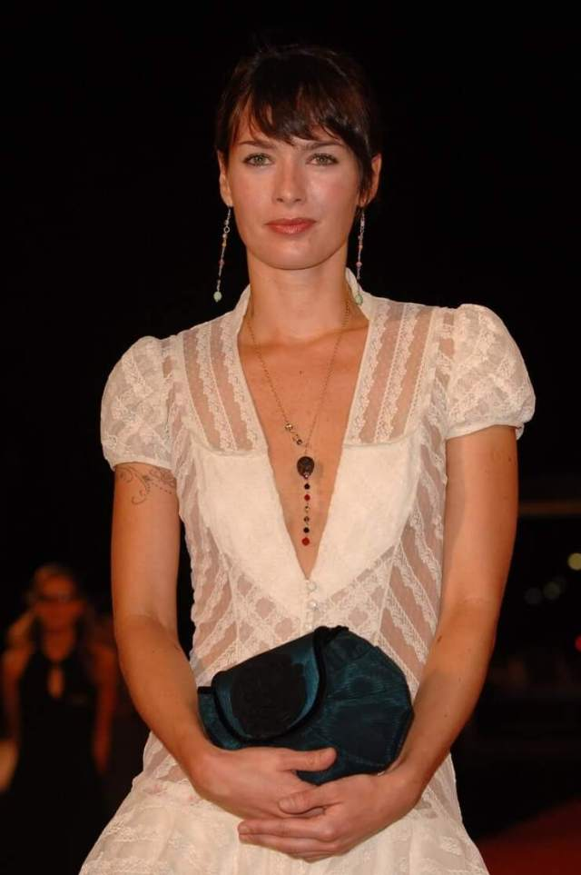 Lena Headey sexy cleavages (2)