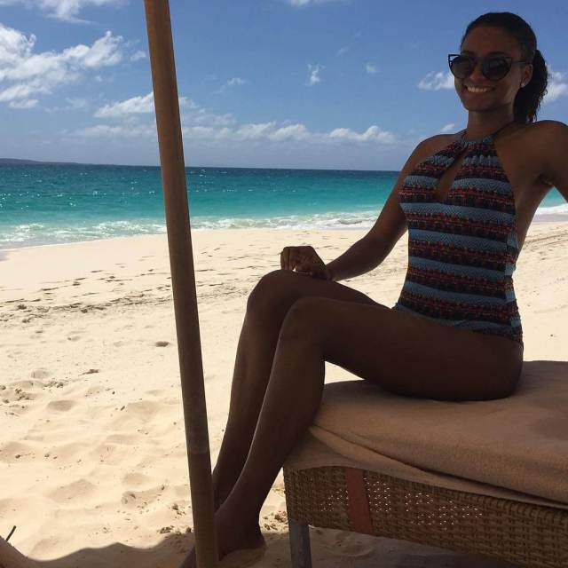 leila lopes hot thighs