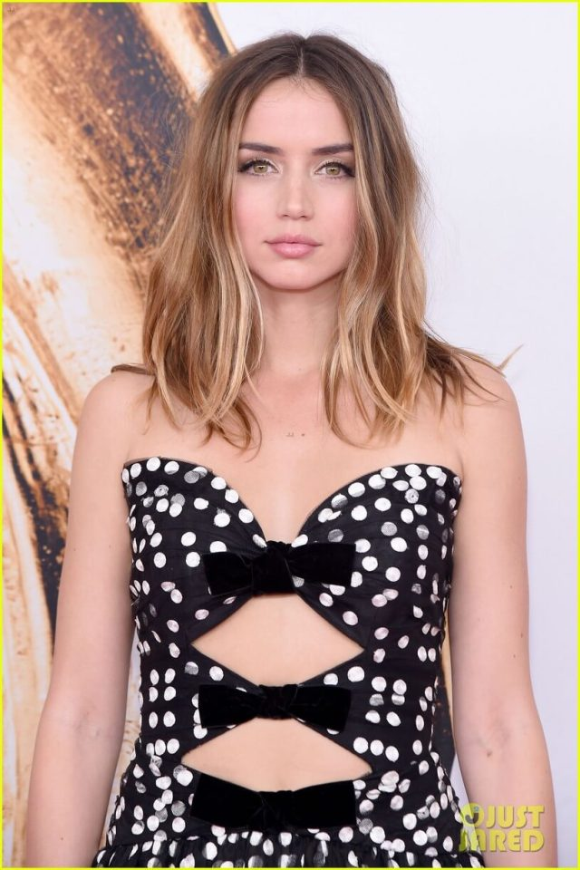 Ana De Armas hot cleavage pics