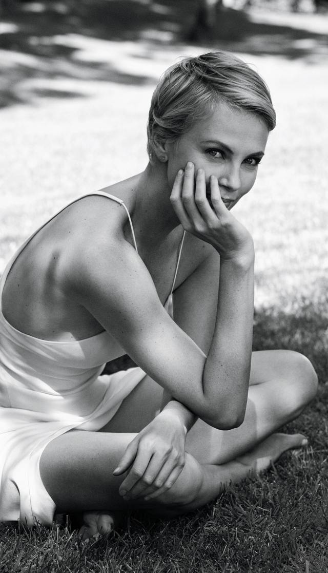 Charlize-Theron-Hot-Legs-3-