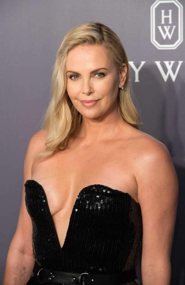 Charlize Theron sexy cleavage (2)