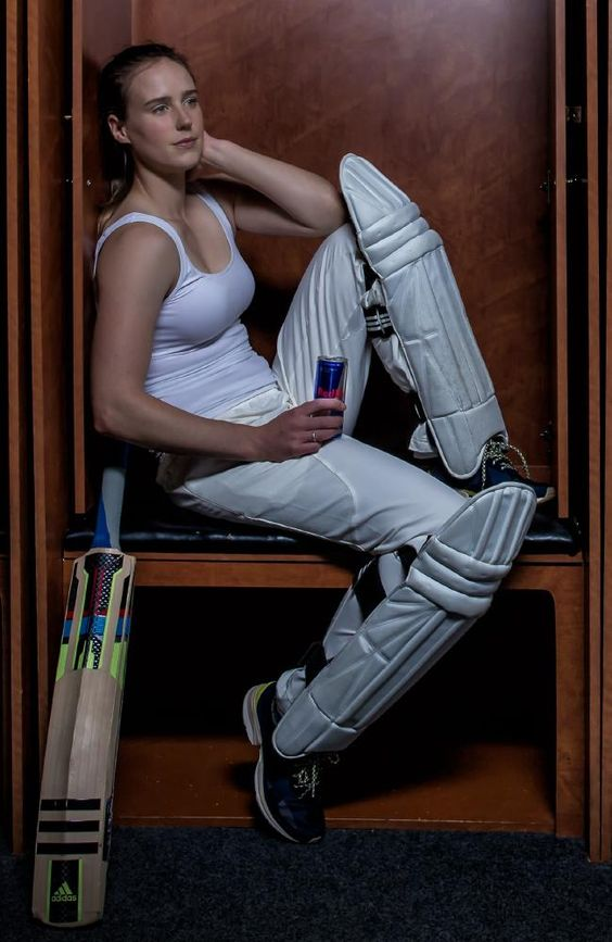 Ellyse Perry sexy cleavage (2)
