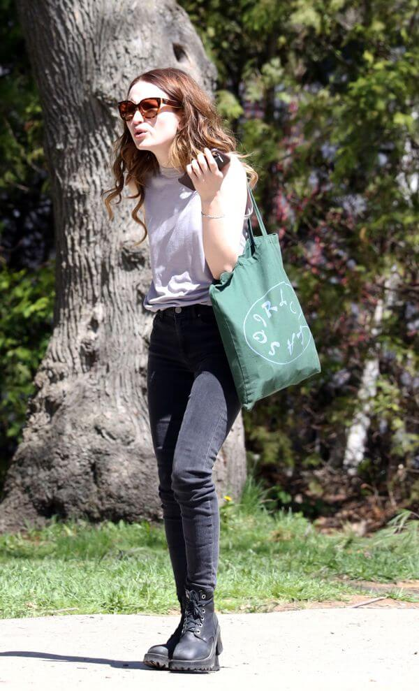 Emily Browning hot picture