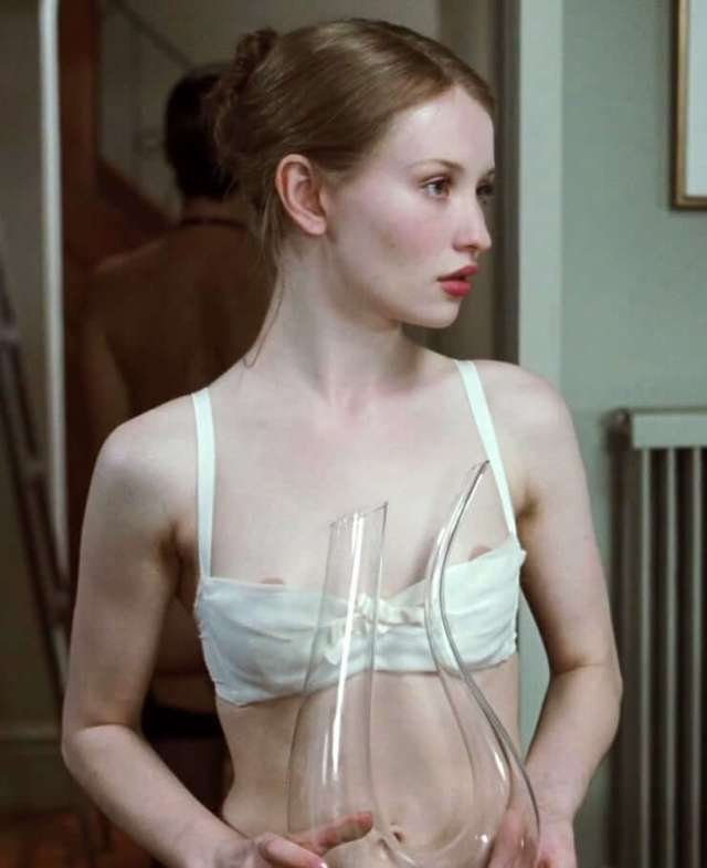 Emily Browning sexy pic (2)