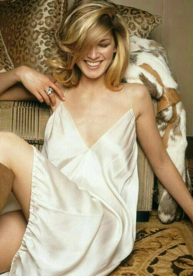 Rosamund-Pike-hot-pictures-1