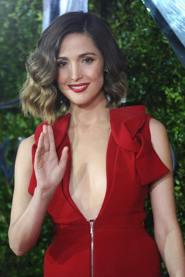 rose byrne sexy cleavage
