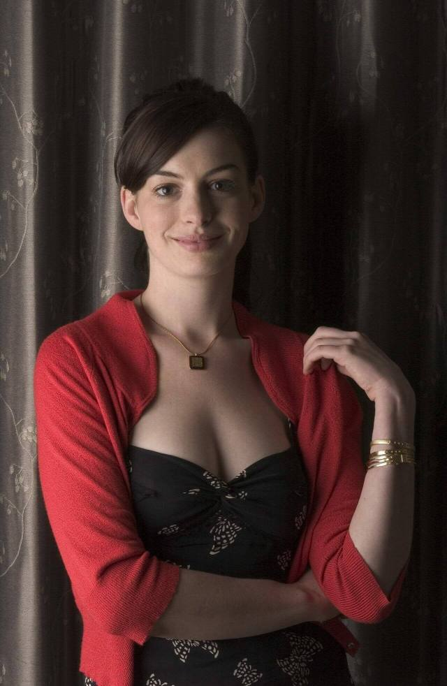 Anne Hathaway sexy pics (4)