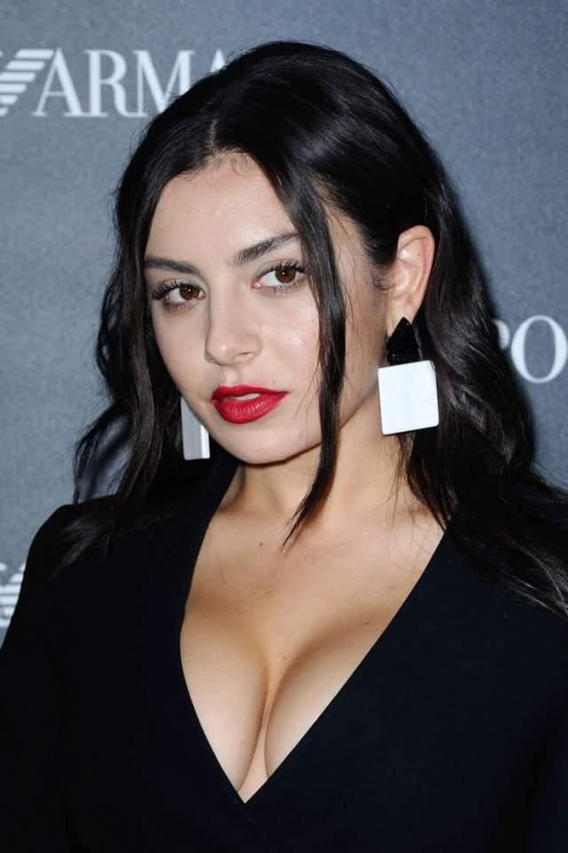 Charli XCX cleavage pictures (7)