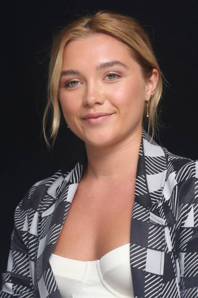Florence Pugh sexy cleavage pics