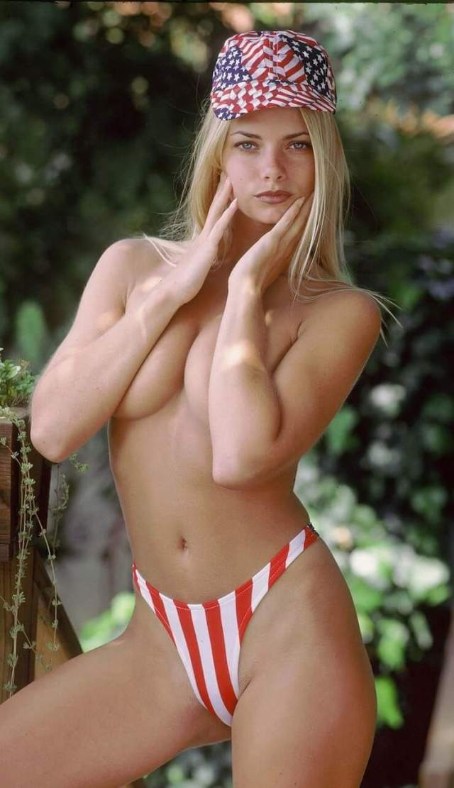 Jaime Pressly sexy cleavage (5)