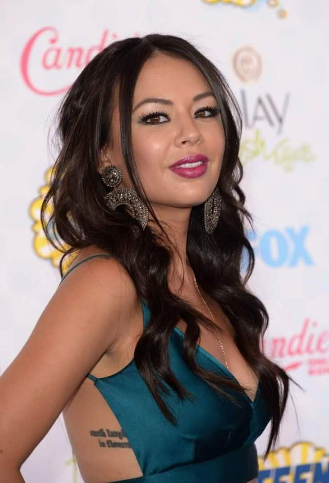 Janel Parrish cleavage pictures (3)