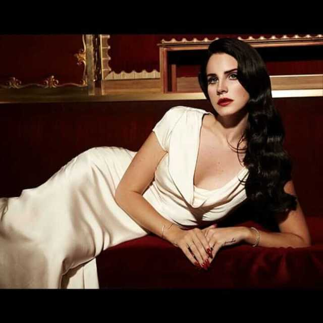 Lana Del Rey sexy tits pictures (1)