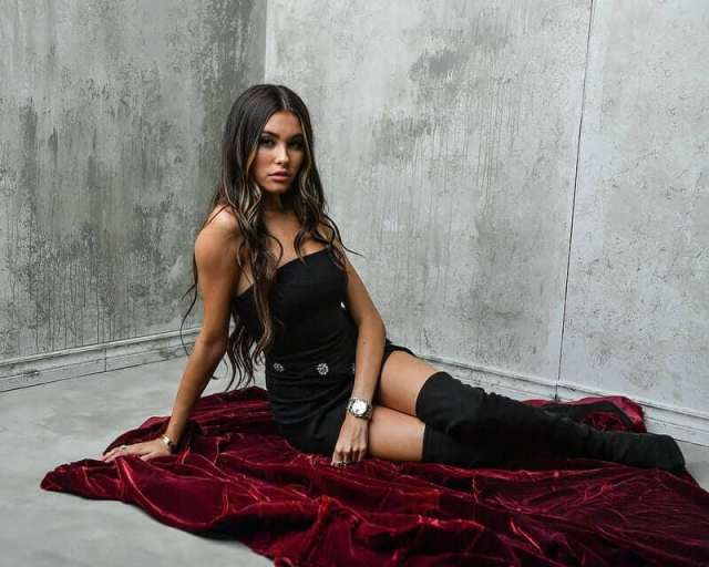 Madison Beer hot cleavage pictures